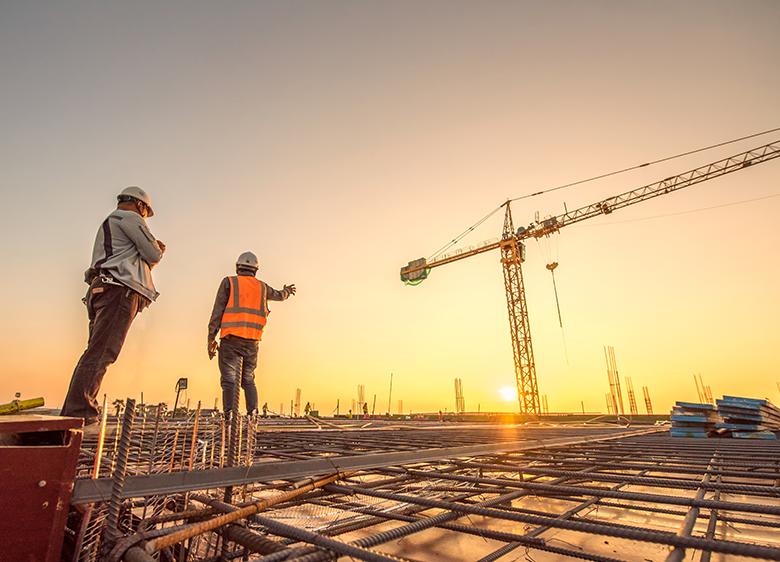 Robotnicy na placu budowy